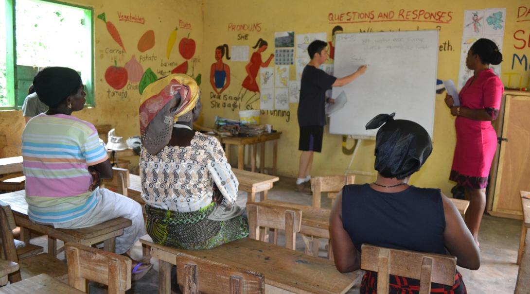 アフリカで地元の女性たちにビジネス指導を行うマイクロファイナンスインターン